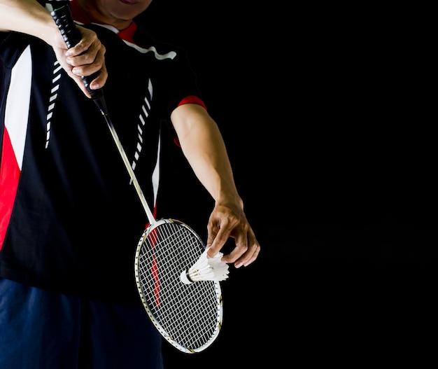 Spieler, der den badmintonschläger und den shuttle-hahn hält Premium Fotos