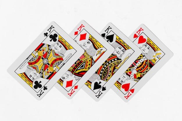 Spielkarten könig kartensuite und zurück weißen hintergrund modell Premium Fotos