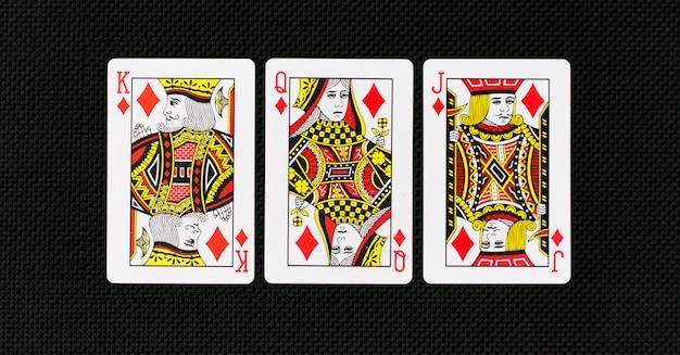 Spielkarten-volldeck mit kasinopoker im normalen hintergrund Premium Fotos