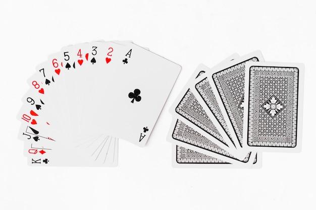 Spielkarten volles weißes hintergrundmodell des decks Premium Fotos