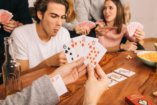 Spielkartenspiel mit freunden Kostenlose Fotos