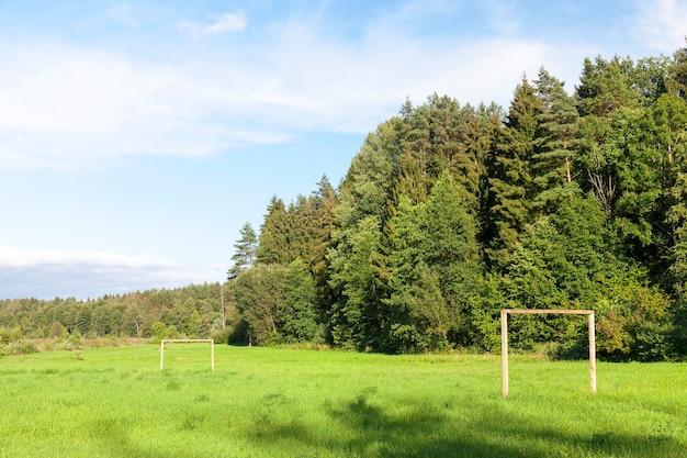 Spielplatz auf dem land, zum trainieren und fußballspielen. das gebiet des waldes. foto nahaufnahme sichtbares tor aus protokollen. Premium Fotos