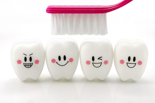 Spielt die zähne in einer lächelnden stimmung, die auf weiß mit ausschnittspfad getrennt wird Premium Fotos