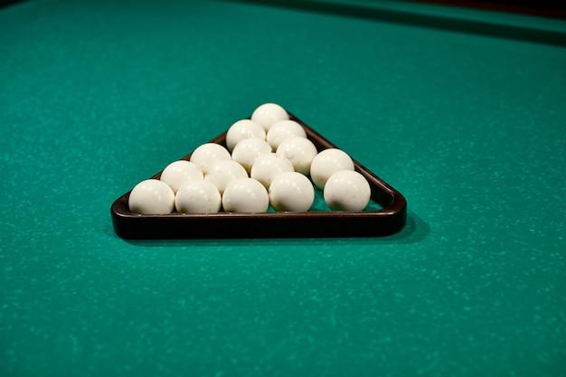 Spieltisch mit russischem billardset und spielbällen nahaufnahme. russische pyramide russisches billard, pyramiden-billard, sport. Premium Fotos
