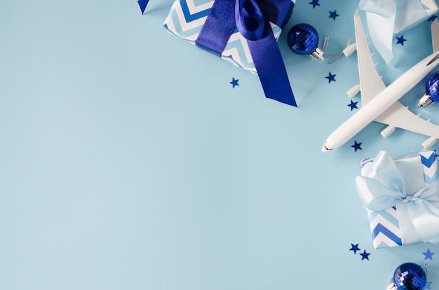 Spielzeug des passagierflugzeugs mit pässen und geschenkboxen. Premium Fotos