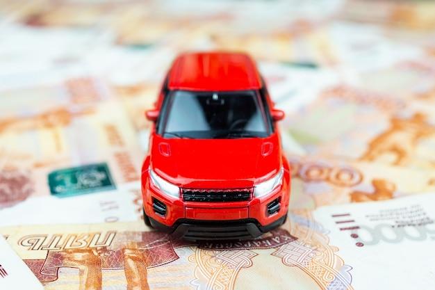 Spielzeugauto auf geld Premium Fotos