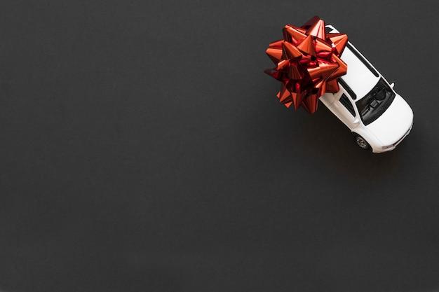 Spielzeugauto mit roter schleife Kostenlose Fotos