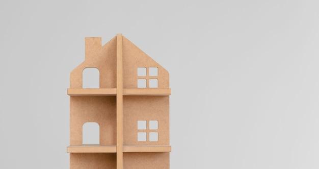Spielzeugholzhaus auf grau Premium Fotos