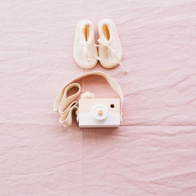 Spielzeugkamera und babyschuhe Kostenlose Fotos