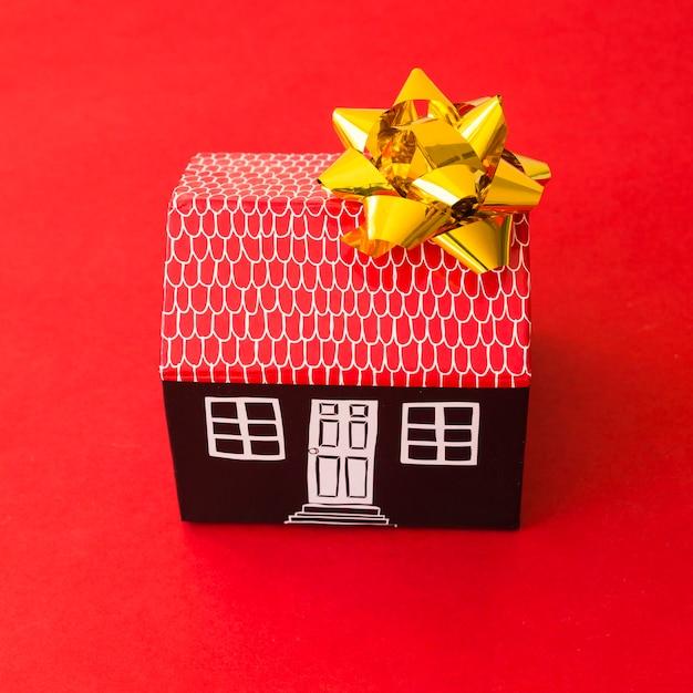 Spielzeugkartonhaus mit bogen Kostenlose Fotos