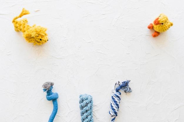 Spielzeugtiere in der nähe von seilen Kostenlose Fotos