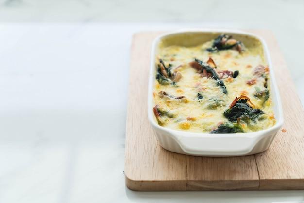Spinat lasagne in weißen teller Kostenlose Fotos