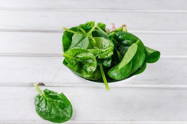 Spinatblätter in einer platte Premium Fotos