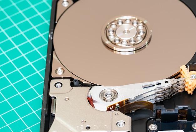 Spindel mit platte und betätigungsarm öffnete festplattenlaufwerk hdd. Premium Fotos