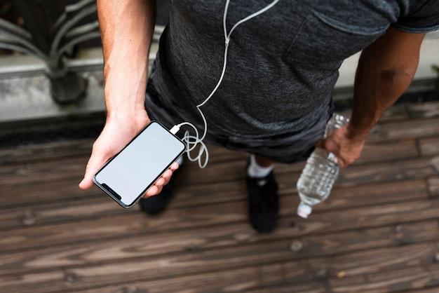 Spitze des mannes telefonmodell halten Kostenlose Fotos