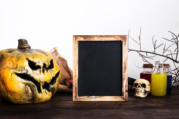 Spooky halloween-dekorationen auf dem tisch Kostenlose Fotos