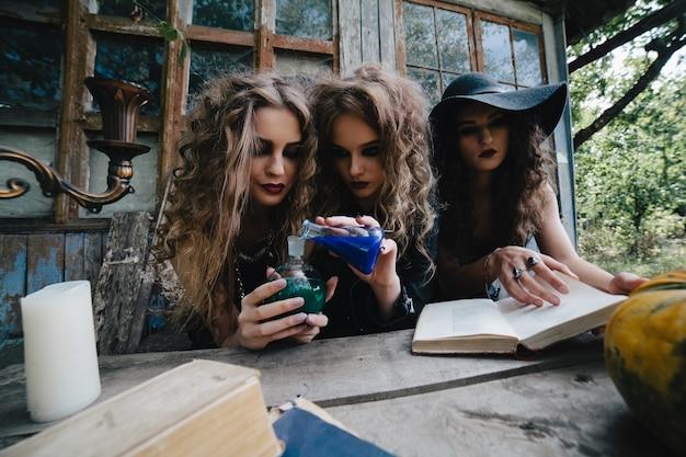 Spooky jugendliche mit tränke zu experimentieren Kostenlose Fotos