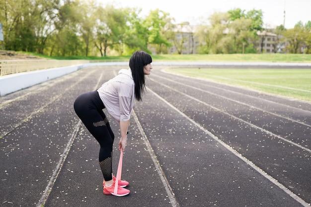 Sport- und lebensstilkonzept - frau, die draußen sport tut Premium Fotos