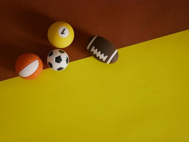 Sportausrüstung auf braunem und gelbem hintergrund. draufsicht Premium Fotos
