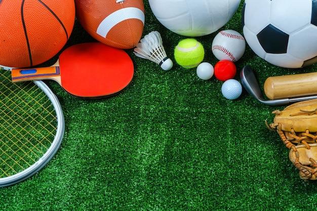 Sportausrüstung auf grünem gras, draufsicht Premium Fotos