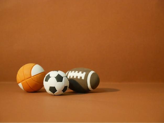 Sportausrüstung einschließlich eines amerikanischen fußballs, eines fußballs und eines basketballs Premium Fotos