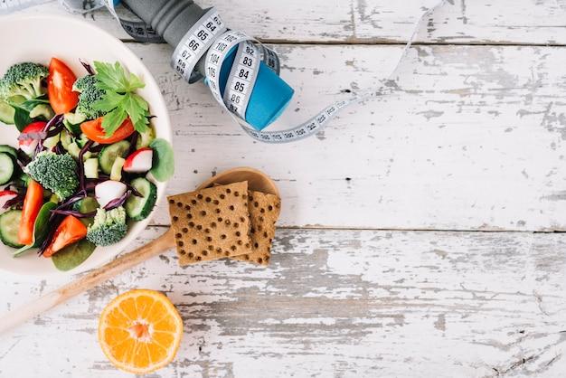Sportausrüstung und salat Kostenlose Fotos