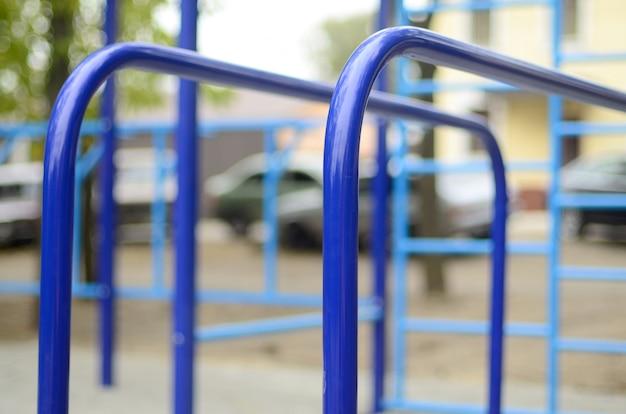 Sportbars im blau auf dem hintergrund eines straßensportplatzes Premium Fotos