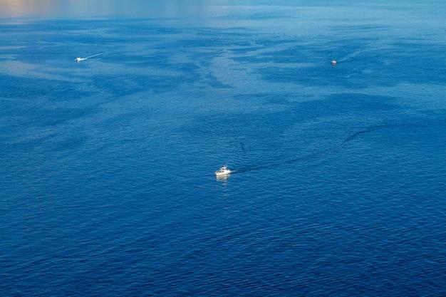 Sportboote sind auf dem meerblick von oben das konzept der unterhaltung Premium Fotos