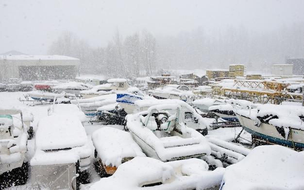 Sportboote unter schnee Premium Fotos