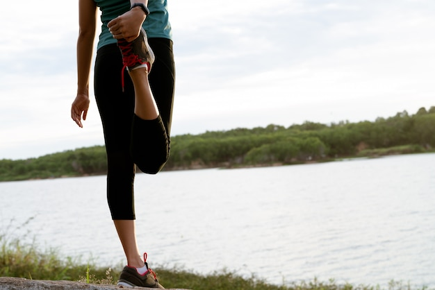 Sportfrau dehnt muskel nach training aus Premium Fotos