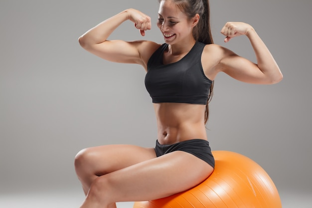 Sportfrau, die übungen auf einem fitball macht Kostenlose Fotos