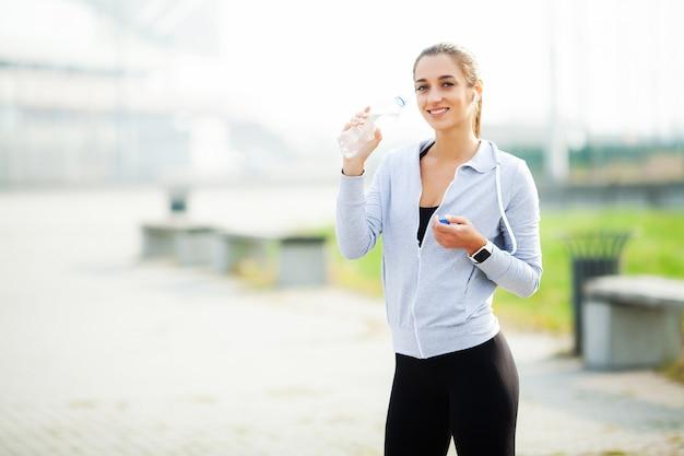 Sportfrau nach sport übt in der städtischen umwelt aus Premium Fotos