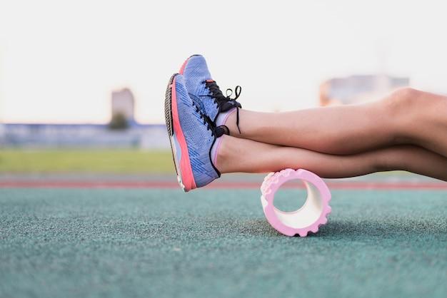 Sportive beine der vorderansicht auf rolle Kostenlose Fotos