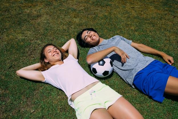 Sportive multiethnische jugendfreunde, die sonnigen tag genießen Kostenlose Fotos