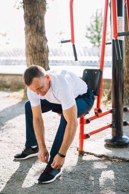 Sportiver mann binden schuhschnürsenkel Kostenlose Fotos