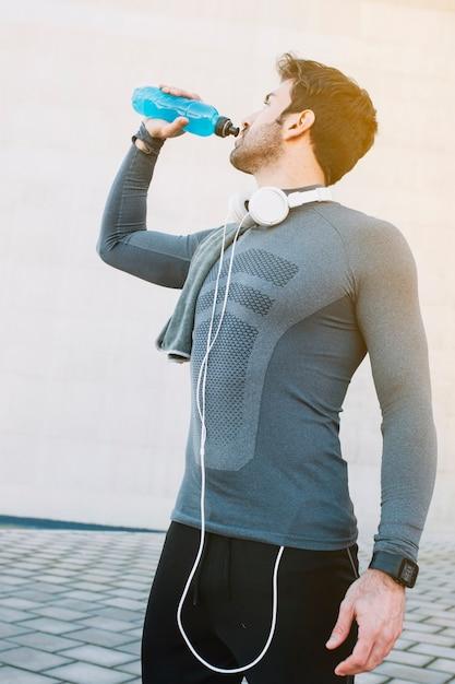 Sportiver mann, der nach dem training hydratisierenden bode Kostenlose Fotos