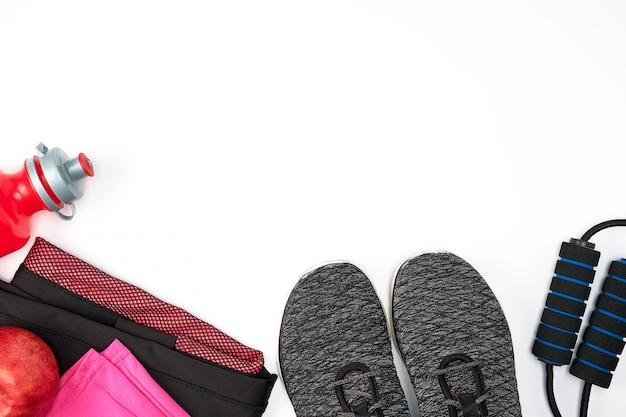 Sportkleidung der frauen für aktiven sport auf einem weißen hintergrund Premium Fotos