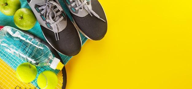 Sportkonzept flach mit turnschuhen Premium Fotos