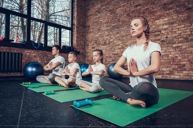 Sportler beim yoga auf dem boden. Premium Fotos