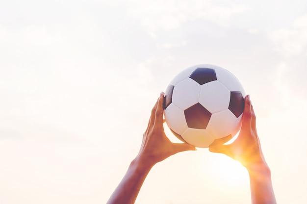 Sportler, die den ball und das fußballfeld fangen. Premium Fotos