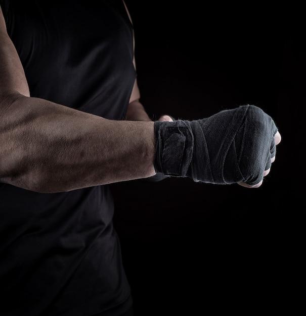 Sportler steht mit einem gestreckten arm verbunden Premium Fotos