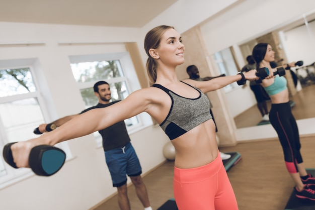 Sportler trainieren im modernen fitnessstudio. Premium Fotos
