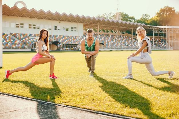 Sportler trainieren im stadion Kostenlose Fotos