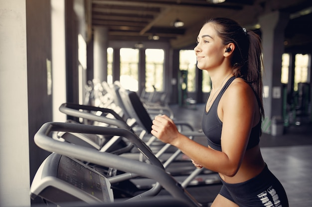 Sportlerin in einem sportbekleidungstraining in einem fitnessstudio Kostenlose Fotos