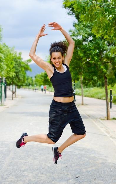 Sportlerin springen vor dem laufen Kostenlose Fotos