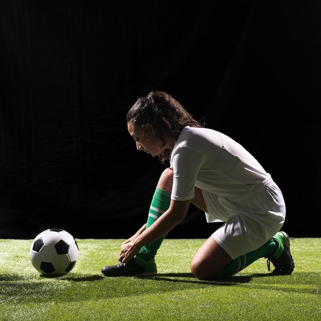 Sportliche frau des vollen schusses bereit zu spielen Kostenlose Fotos