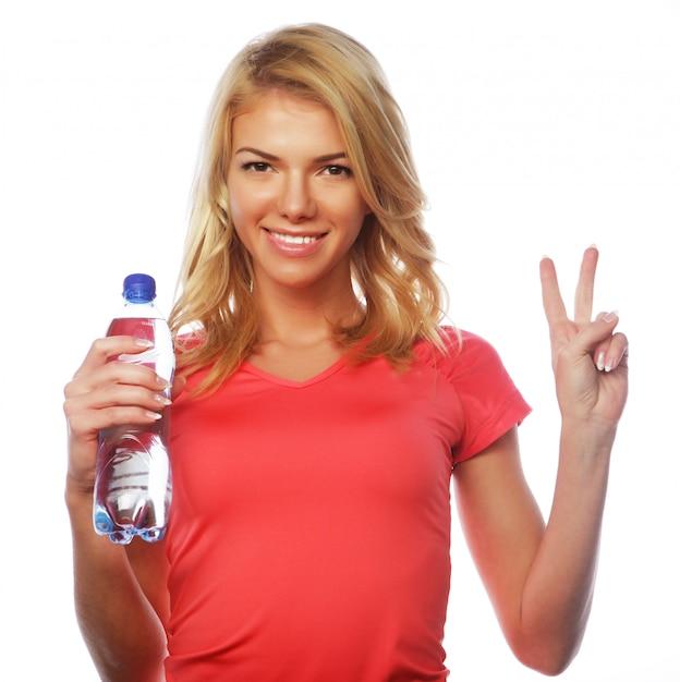 Sportliche frau mit wasserflasche Premium Fotos