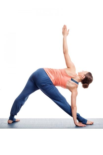 Sportliche frau praktiziert ashtanga vinyasa yoga asana ...