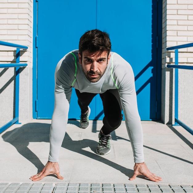Sportlicher mann, der lauf beginnt Kostenlose Fotos