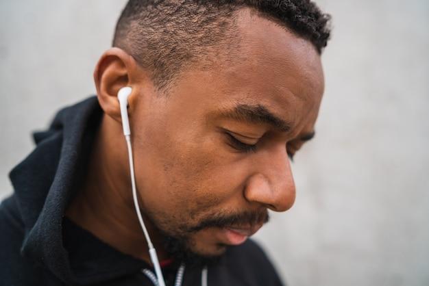 Sportlicher mann, der musik hört. Kostenlose Fotos